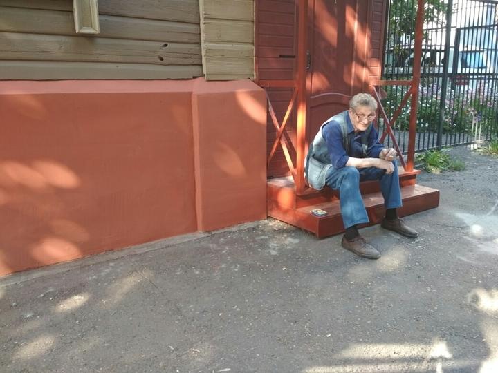 Променял кабинет наведро скраской: Мединский покрасил забор вКазани
