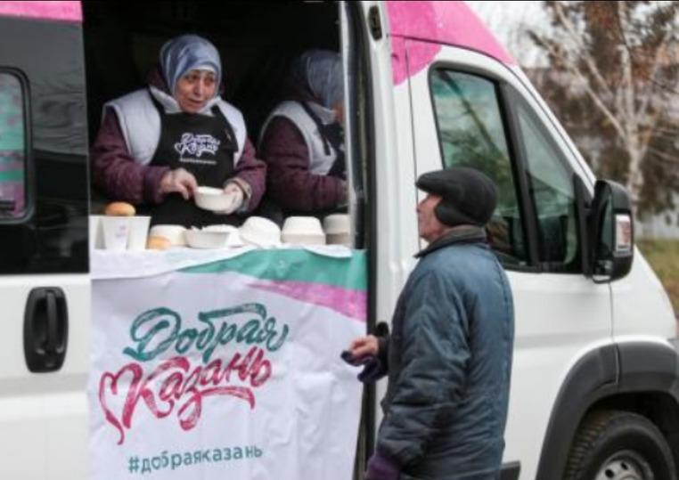 Грузовой автомобиль сбесплатной пищей появился на дорогах Казани