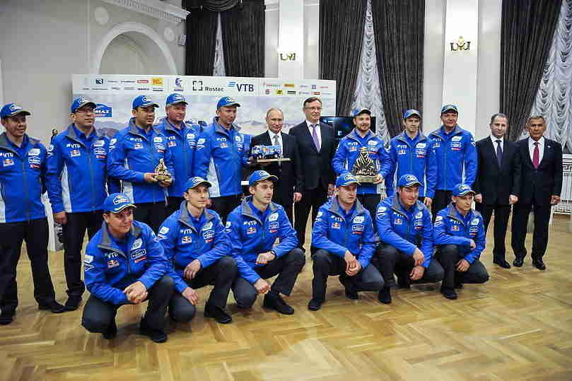 Победители «Дакара» подарили Путину игрушечный КамАЗ