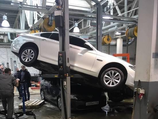 В Казани BMW придавила Toyota Corrolla, упав с подъемника в автосервисе