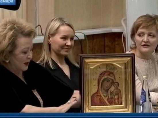 На встрече с Владимиром Путиным Муслима Латыпова подарила ему Казанскую икону Божьей Матери