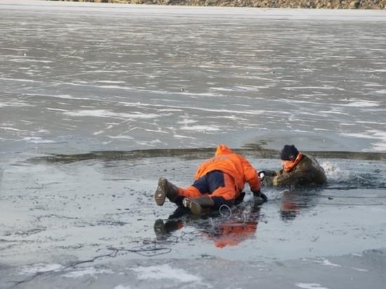 В Казани сотрудники МЧС спасли двух женщин на Казанке, под ногами которых треснул лед