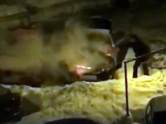 В Казани ночью жильцы дома на улице Короленко спасали машины от огня